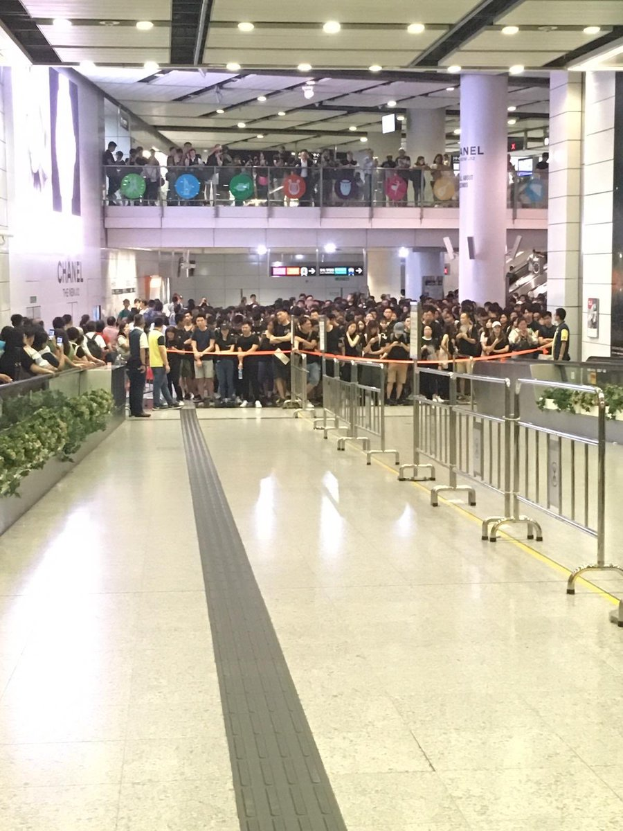 """Crowd control in #hongkong station as people flocking to Causeway Bay for the #antielab march. they chanted """"hong kong add oil"""" as they wait to move #extraditionbill @SCMPNews"""