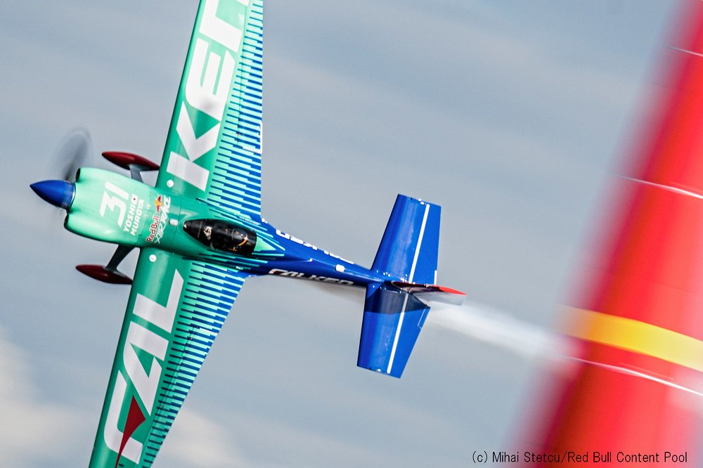 【RBAR2019第2戦カザン大会:Round of 8】 Team FALKEN(室屋)は1:03.049秒(ノーペナルティ)を記録し、ミカ・ブラジョー選手に勝利。 まもなくFinal4がスタートします。 Posted by Team FALKEN #airrace #YoshiMuroya #FALKEN #Breitling #LEXUS #RedBull