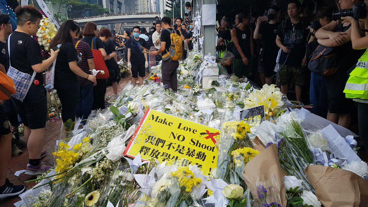 Flowers are piling up for a man who fell to his death on Saturday while protesting the extradition bill.   👉 In full: http://bit.ly/extraditionhk