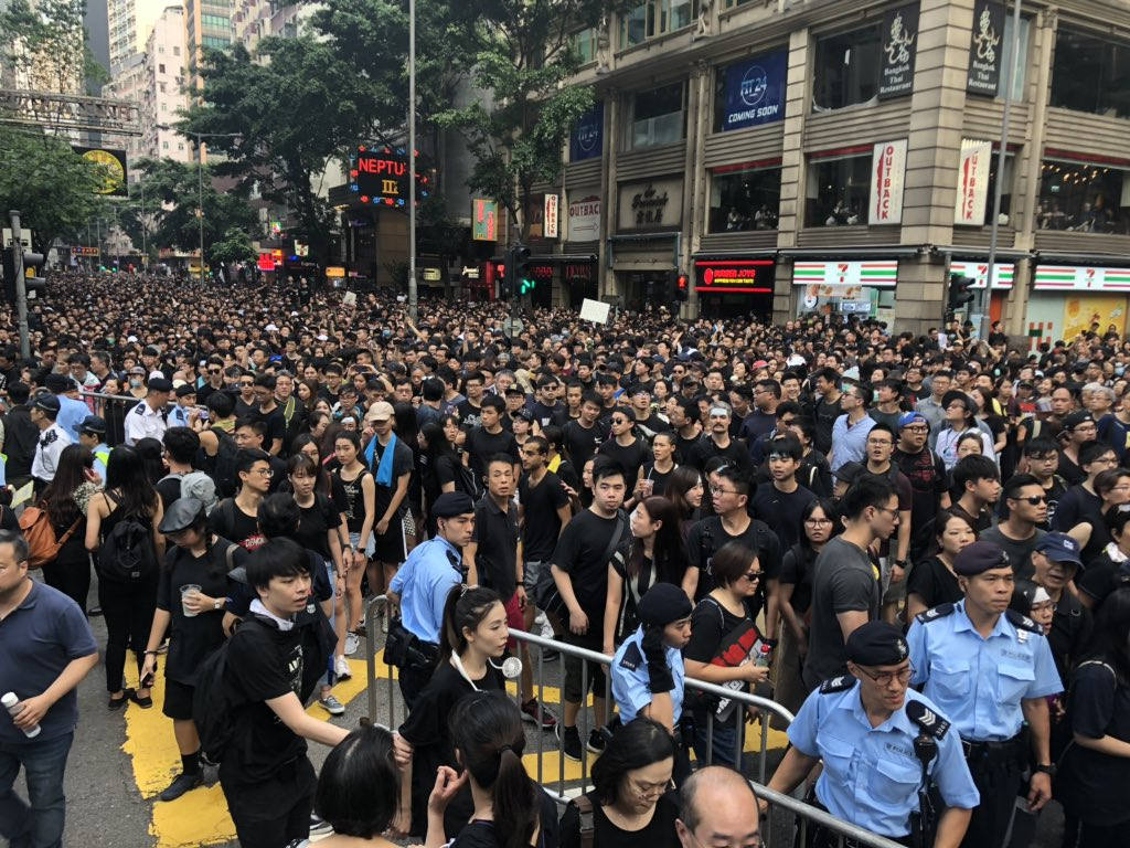 Crowds have now forced police to open ALL the major East-West roads on HK island: protesters have filled Hennessy Rd, Lockhart Rd, Jaffe Rd, Gloucester Rd: never seen this before. This is Lockhart Rd at Fenwick St.