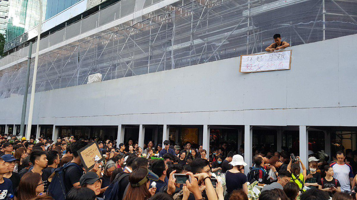 To a huge cheer from passing protesters, a man unfurls a banner at the site where an anti-extradition law demonstrator fell to his death on Saturday evening.  👉 In full: http://bit.ly/extraditionhk