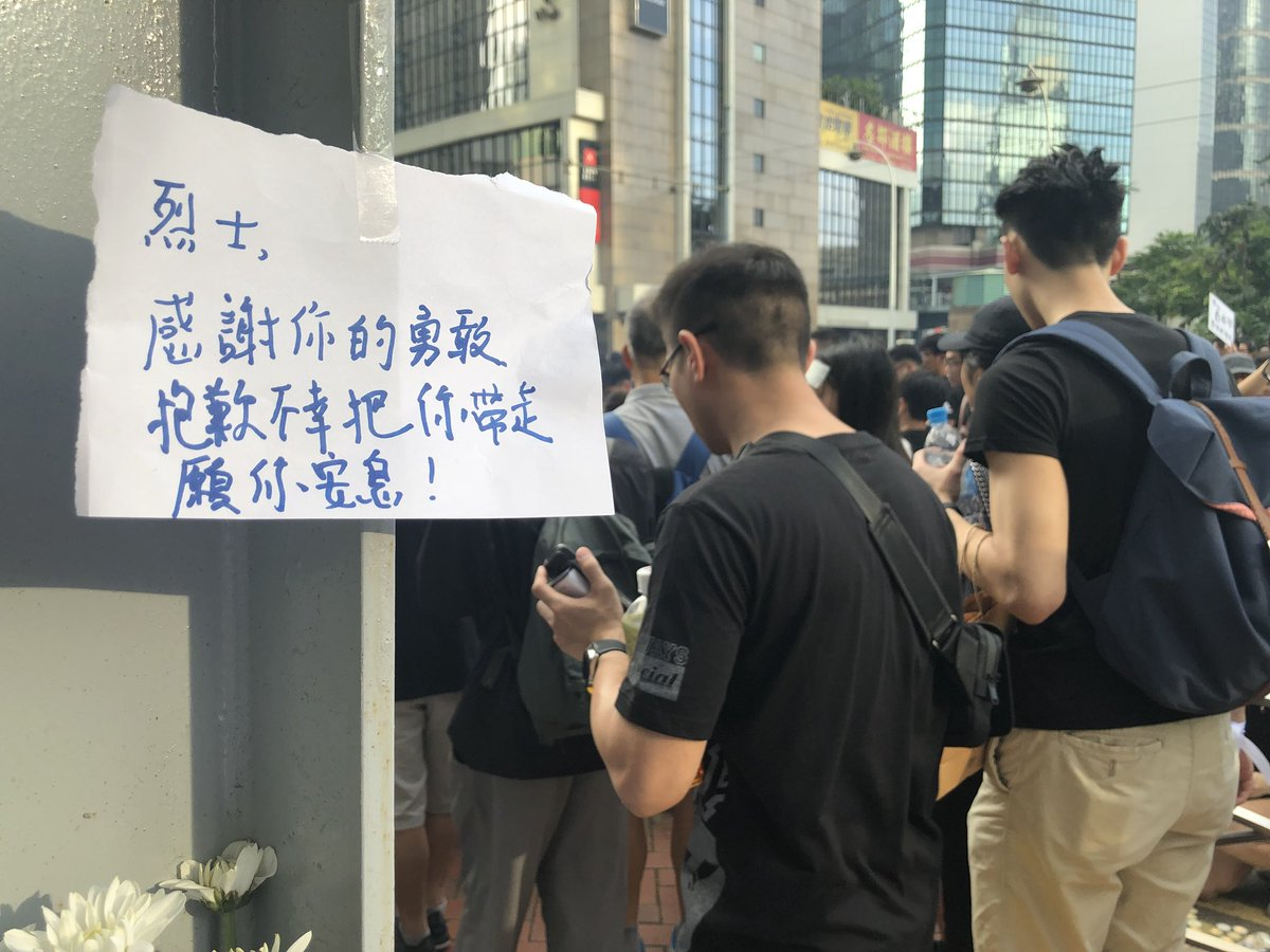 """It is heartbreaking to read all those messages left to the #antiELAB protester who fell to his death in Pacific Place last night  """"Sorry"""" """"We would carry on your fight"""" """"We wont let you sacrifice for nth"""" """"Wish you would enjoy the freedoms in heaven"""" #extraditionbill @SCMPNews"""