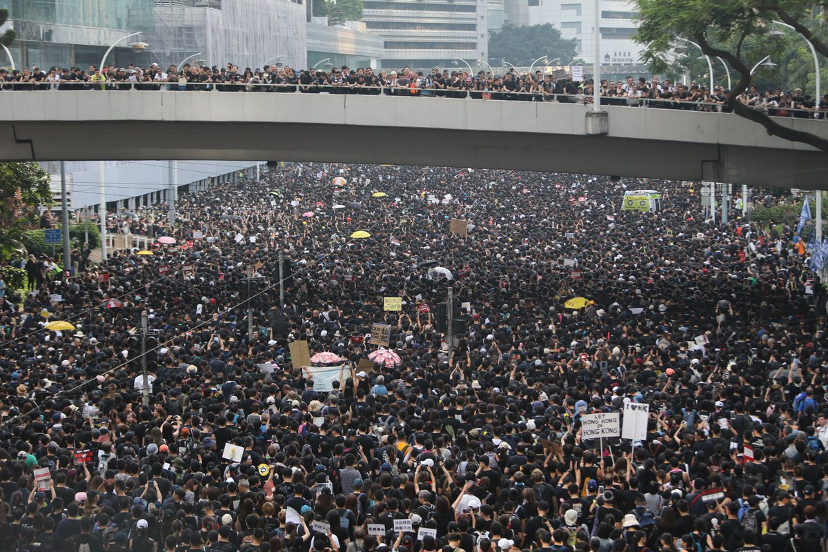 #LIVE: A look at the scale of today's march as protesters flood Wan Chai and Admiralty as they head to the Central Government Complex http://sc.mp/66yx #extraditionbill