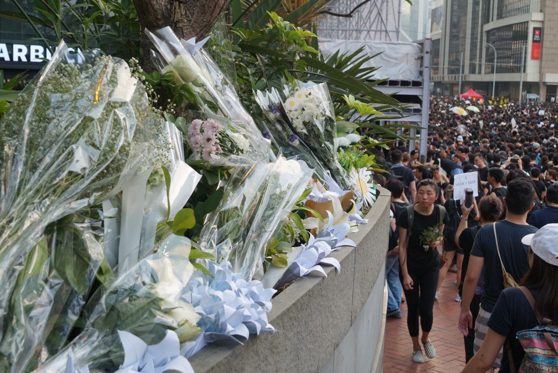 Unable to reach the memorial site due to overcrowding, people are leaving tributes to the #notochinaextradition protester who fell to his death along the road in Admiralty.  Full story: http://bit.ly/2KTkw4D 👉 In full: http://bit.ly/extraditionhk #notochinaextradition