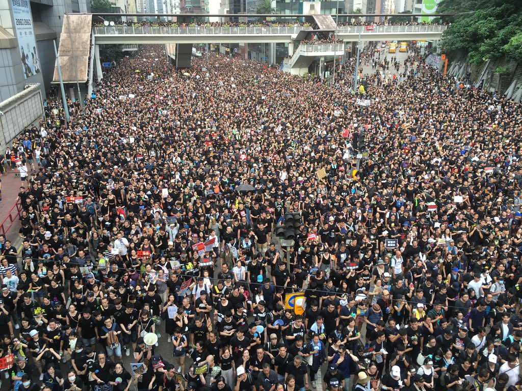 """Outside Wan Chai police headquarters, #notochinaextradition protesters chant """"black police,"""" according to HKFP columnist @KongTsungGan.  👉 In full: http://bit.ly/extraditionhk"""