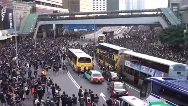 #extraditionbill #HongKongProtest 政府庁舎前の車道はすでに完全停止状態です。