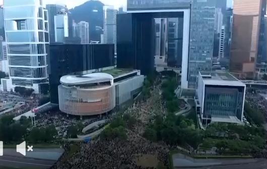 #extraditionbill #HongKongProtest 政府庁舎周辺の現在の状況。デモで来た人たちがどんどんここに集結しています。
