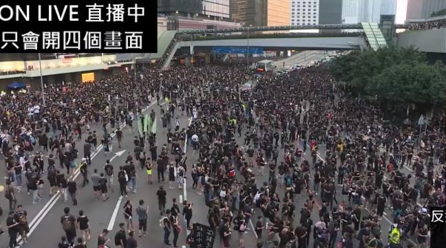 #extraditionbill #HongKongProtest ついに!武器を1つも持たない香港人が、12日に警察の暴力によって奪われた場所を平和的に取り返した!再占領完成!\(^o^)/喜んで良いのかw