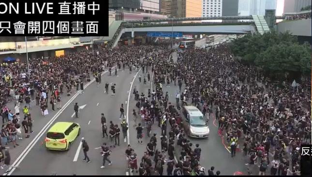 #extraditionbill #HongKongProtest 政府庁舎前。残っていたバスを通して、もうちょいでオキュパイ完成か…というところ。
