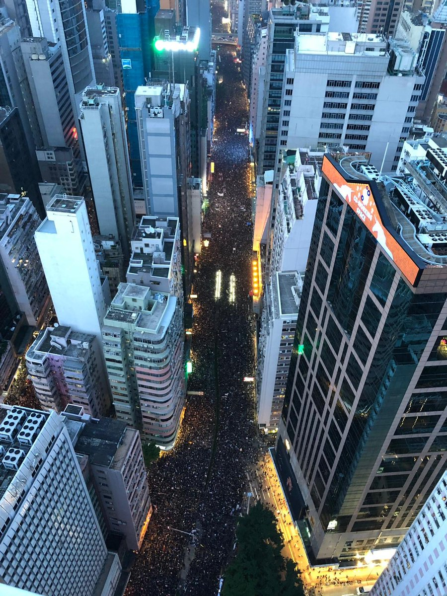 #LIVE: As darkness descends on Hong Kong, Hennessy Road is still a sea of black http://sc.mp/66yx #extraditionbill