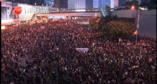 #extraditionbill #HongKongProtest 左は政府庁舎前。右はワンチャイ。みんなでキャンドル振り出した…そんなのどこにあったんだよw。どうして黒色中国はいま香港にいないんだ!(´Д⊂グスン