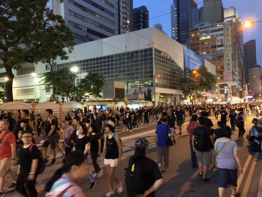 Protesters are now walking freely in Johnston Road in Wan Chai. Meanwhile, people are enjoying their dinners at Le Pain Quotidien. #ExtraditionBill #hongkong #AntiELAB