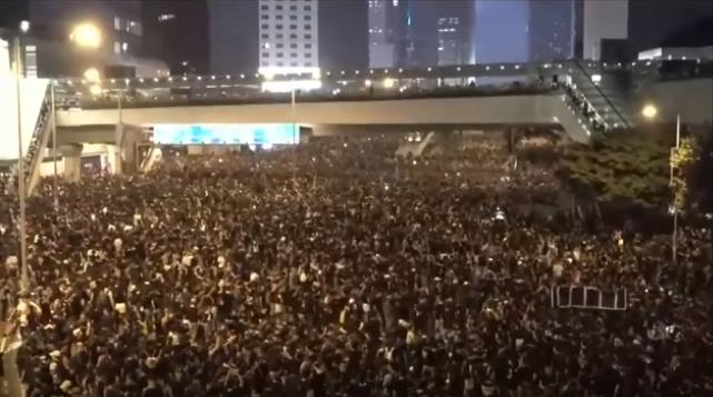 #extraditionbill #HongKongProtest 政府庁舎前。特に混乱はない模様。警官隊の出動もないみたいです。
