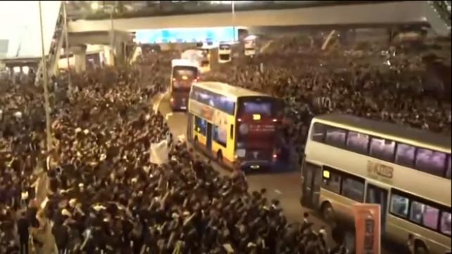 #extraditionbill #HongKongProtest たぶん、乗用車は小回りが利くから別の道を進んで、バスは勝手に路線変更できないから、残りの数台を通したみたい。最後のバスが通り過ぎたら、みんなまた車道に戻って、手を振ってバスを見送ってる。