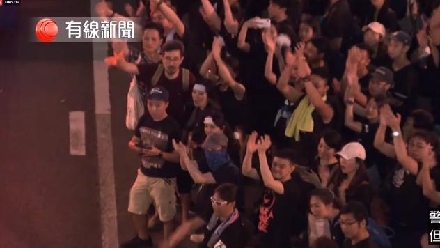 #extraditionbill #HongKongProtest 今まとめてバスを通しているところ。1台通り過ぎる度に、みんな拍手!みんな笑ってる!