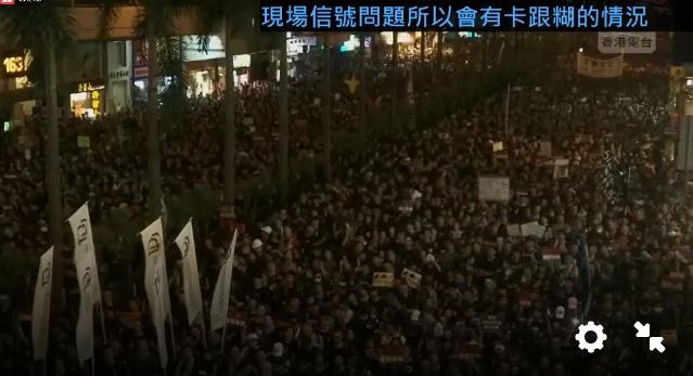 #extraditionbill #HongKongProtest 右はコーズウェイベイ。人が少し減ってきたか…でも写真左はワンチャイ。こちらはまだ人が寿司詰め状態。これって全部終わるのは午前過ぎになるのでは?