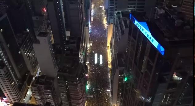 #extraditionbill #HongKongProtest たぶんコーズウェイベイ~ワンチャイのあたりのはず。ビッシリと人で埋まってる。ビルの谷間に「撤回!撤回!」という声がずっと響いている。デモ始まってからずっとこの状態。これで撤回しなかったらどうなるんだろうか?