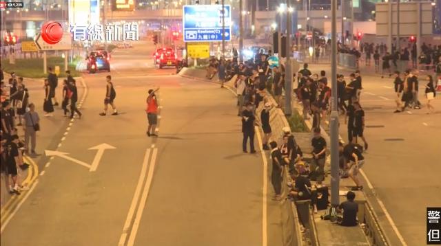 #extraditionbill #HongKongProtest 場所は不明だが、政府庁舎前以外のところでも、半ば「オキュパイ」状態になりつつある。いまは単に横断歩道を無視しているだけだけど、中央分離帯に人が溜まってる。もっと増えれば、オキュパイになるのでは…交通の混乱でクルマも少ないみたい。