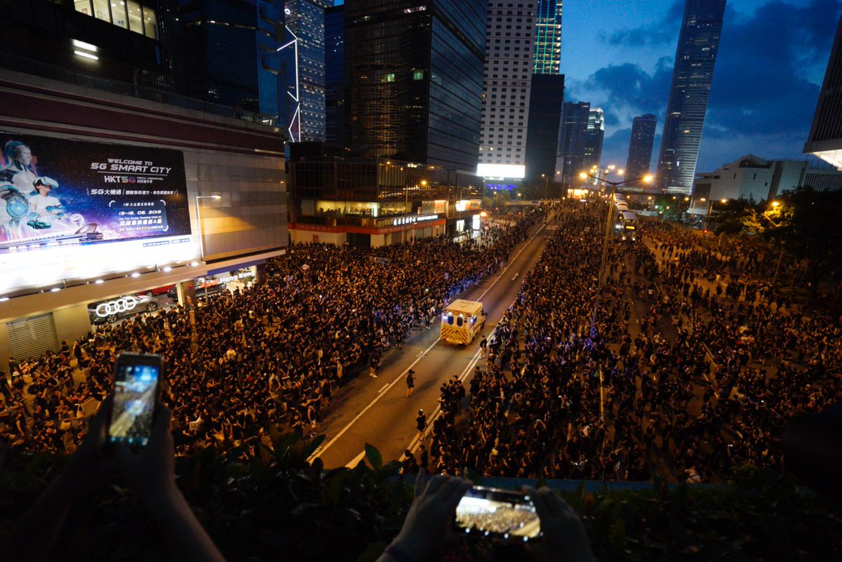 One of the most beautiful scenes today: A sea of protesters give way to an ambulance on Harcourt Road which they just occupied #extraditionbill #Hongkong via citizennews