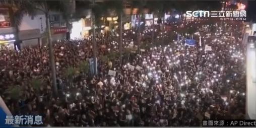#extraditionbill #HongKongProtest ワンチャイ。動き出すのを待ちかねた抗議者たちが、各自スマホを手にして振りながら、「撤回!撤回!」とさけびつつ、キャンドルライブ状態w