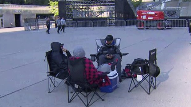 Some fans already camped out for Raptors post-parade rally at Nathan Phillips Square cp24.com/news/some-fans…