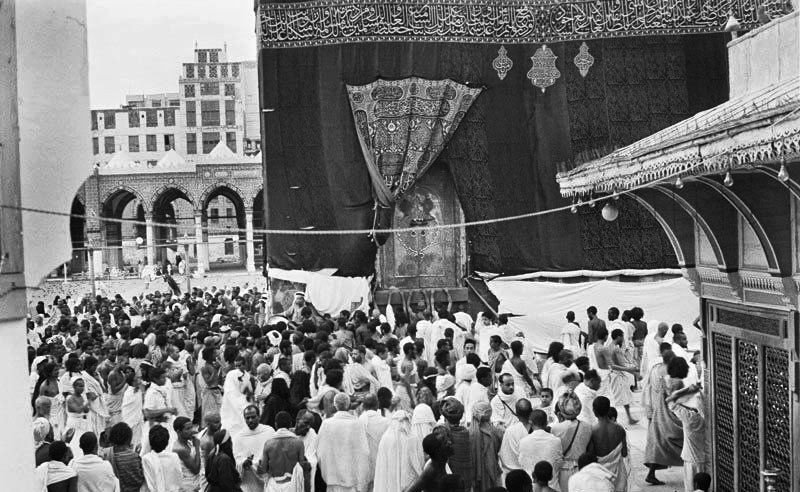 A view of the Ka'bah in Makkah around 1880. <br>http://pic.twitter.com/1Ps6F0UuMs