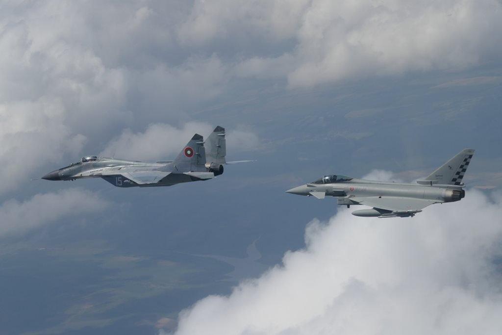 Italian Eurofighters conduct first alert start in Romania. Read more 👉https://www.blogbeforeflight.net/2019/06/italian-eurofighters-conduct-first-alert-start-romania.html… #nato #eurofighter #romania #aeronauticamilitare #aviationdaily #aviationlovers #aviationgeek #defence @ItalyinRomania