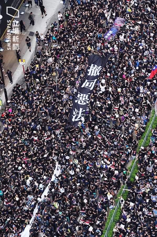逃亡犯条例改正案の撤回を求めるデモ。200万人に近いでした。