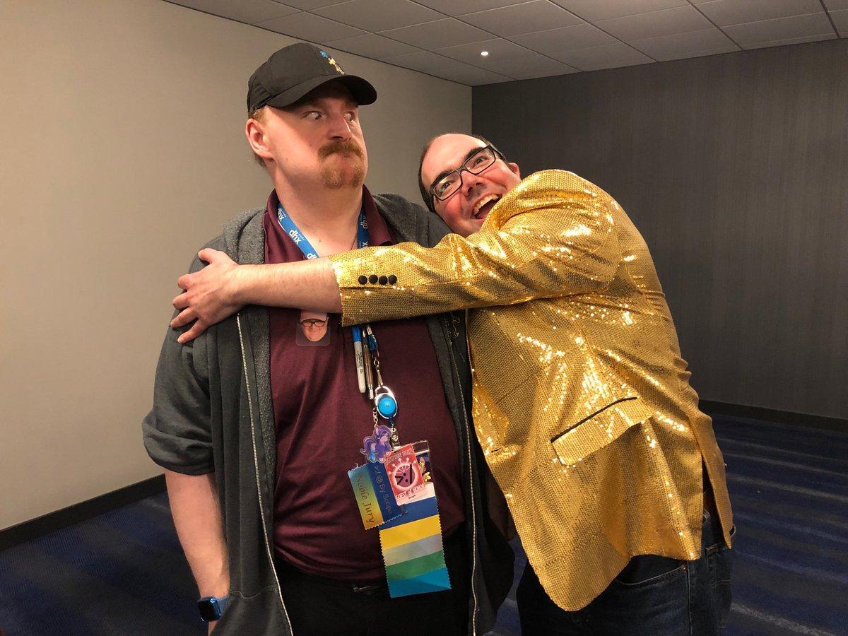 I'm hugging @scopeguardpony!<br>http://pic.twitter.com/oYRjjFxkkV