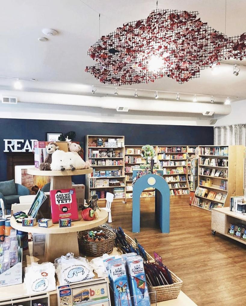 What an enchanting space! ✨🌊 Say hello to the award-winning Blue Manatee Literacy Project and Bookstore in Cincinnati, OH. In addition to hosting programs like story time and author events, this nonprofit donates a book for every book purchased in their store. 📸 @bluemanatee