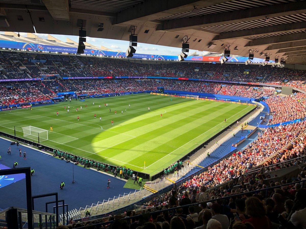 Allez c'est reparti pour la 2e MT, on croise les doigts pour un but du Chili sur un malentendu pour relancer un tout petit peu le suspens 🤞🤞 Mais clairement les Etats-Unis sont beaucoup trop fortes pour l'instant. En tout cas belle ambiance au Parc 👏👍 #USACHI #FIFAWWC2019