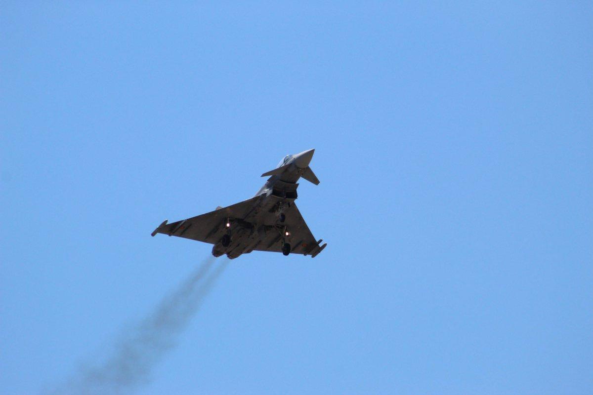 Y así , con el tren de aterrizaje desplegado, hizo su aparición el #eurofighter en @acar_tablada #sevilla #ejercitodelaire #ejercitoespañol http://instagram.com/p/ByvjZayC8Cn/…