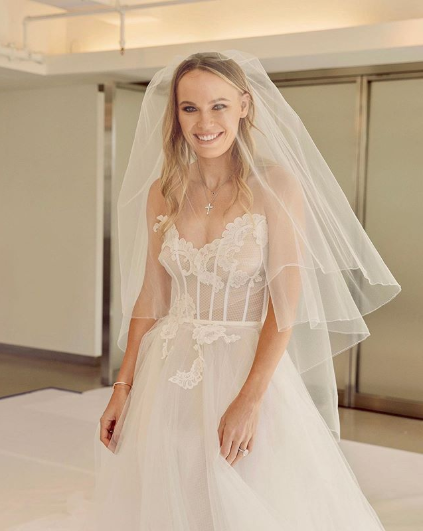 2018 #AusOpen champion @CaroWozniacki stuns in her wedding dress as she marries @Dlee042 in dream Tuscan wedding. 💕 https://www.news.com.au/sport/sports-life/caroline-wozniacki-marries-david-lee-in-dream-tuscan-wedding/news-story/e4b4a9f46f1d9f26871e22631e2894be…