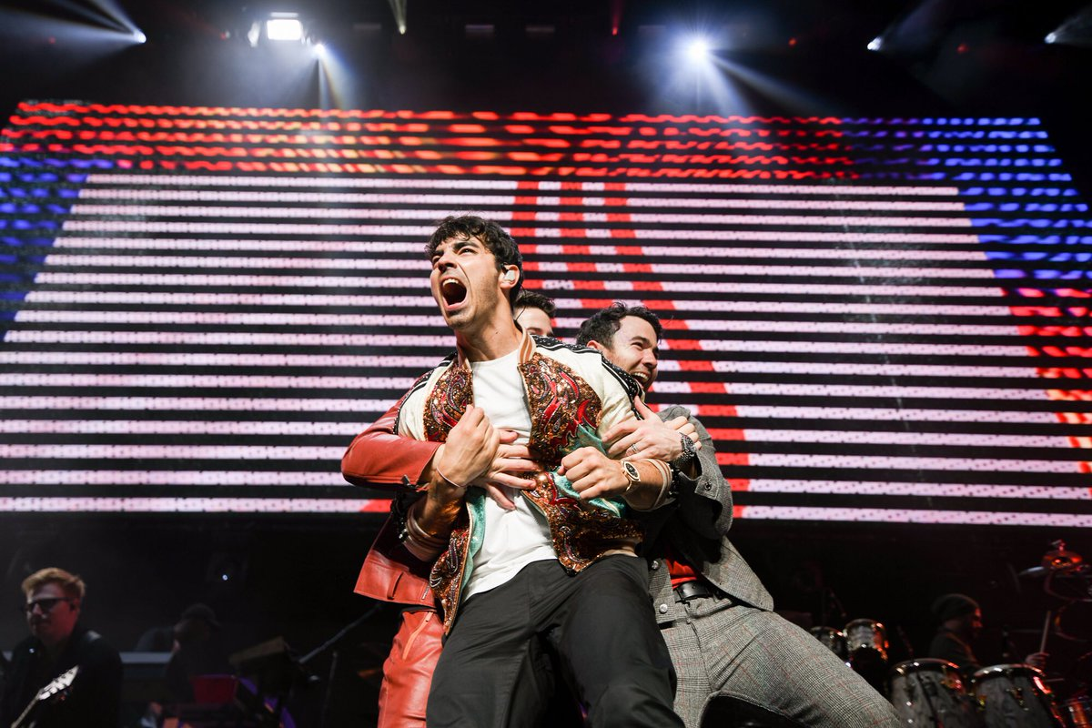 Bury me with this photo, honestly. @jonasbrothers   (: @besakof)<br>http://pic.twitter.com/i5UDVmHNEO