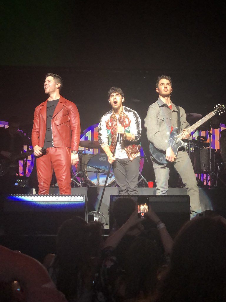 THE FUCKING JONAS BROTHERS ARE THE BEST THING IN THIS ENTIRE UNIVERSE <br>http://pic.twitter.com/BKI6J7PjLg