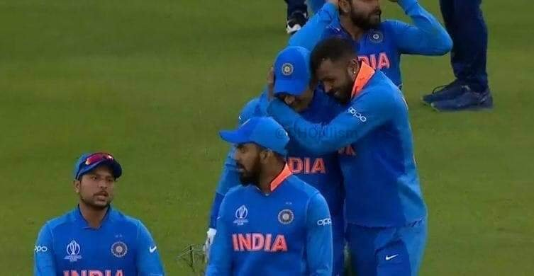 Hardik shows, how much he loves MAHI after the #INDvPAK match. 😍❤️