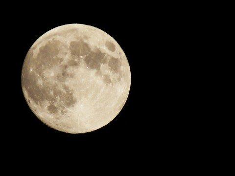 """画像,「恋を叶える月」とも言われている満月🌕ストロベリームーン🍓今宵は、幸福感を満たす愛の香り""""LOVE AROMA""""をまとって、年に一度のストロベリームーンを愛でた…"""