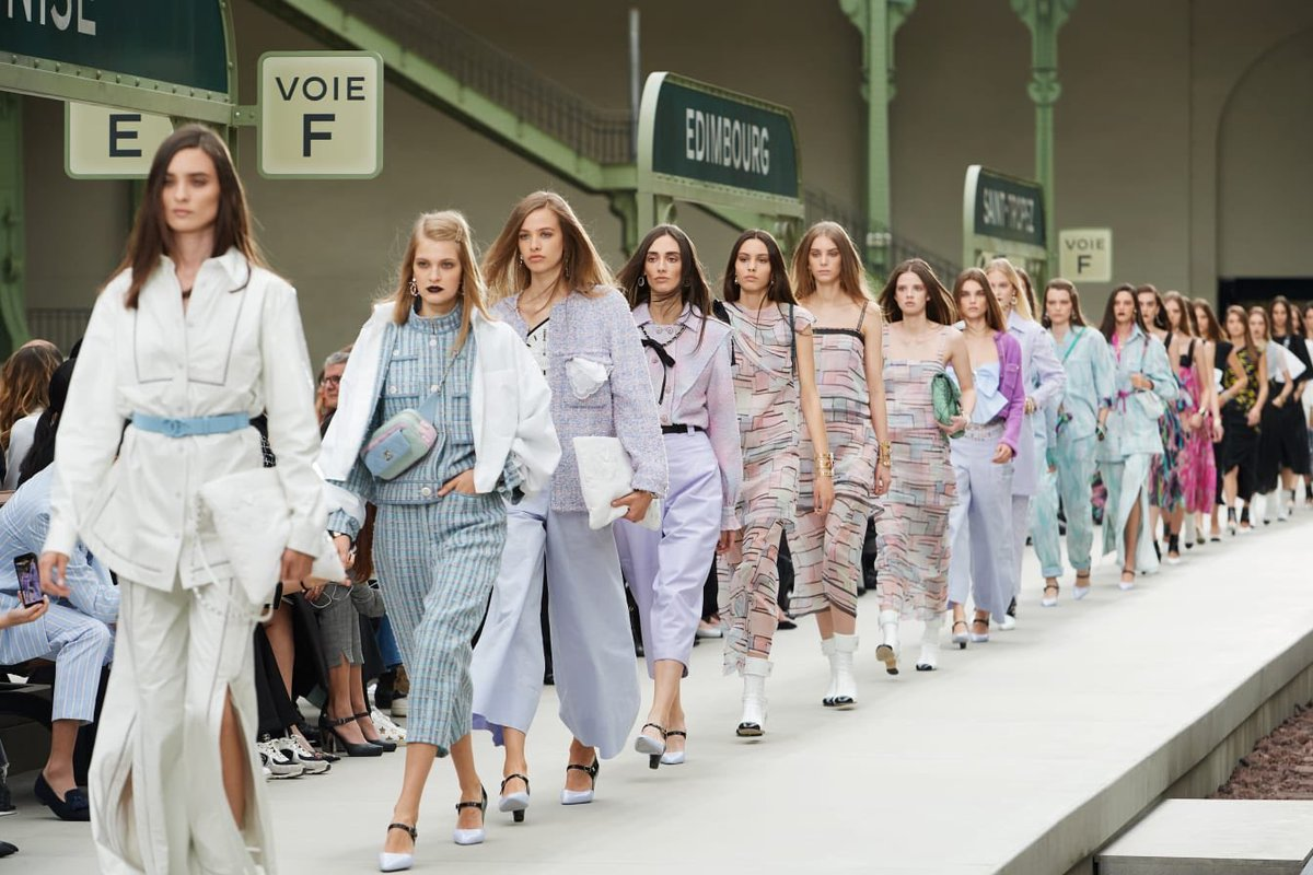 Like travelers gathering on the platform before the departure of a train, models crossed the station for the finale of the #CHANELCruise 2019/20 show #VirginieViard #DestinationCHANEL | Visit https://t.co/D1Kctf3DPO L'héritage de Coco Chanel #espritdegabrielle © #CHANEL https://t.co/Mzln1YXGaT