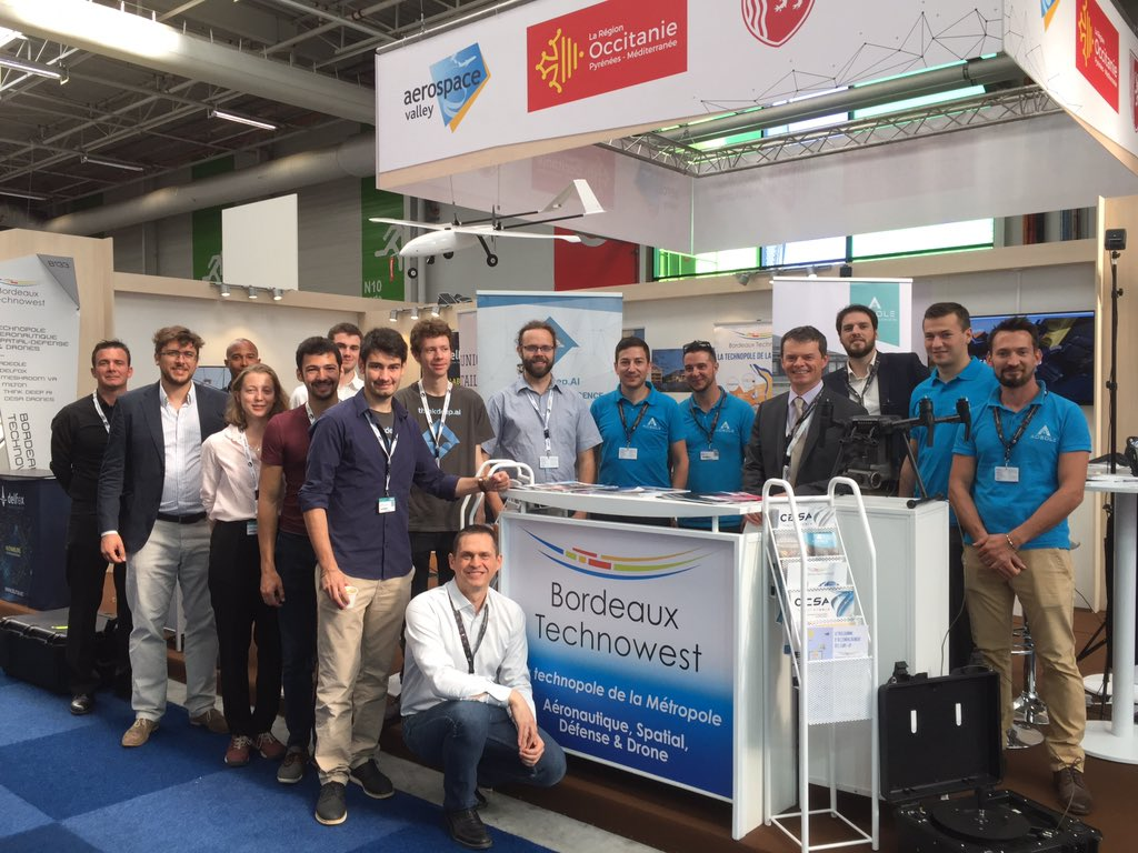 #SalonDuBourget #PAS toute L'équipe tout sourire dans les starting-blocks vous attend Hall 4 , stand B133 @MiltonInnovati1 @delfox_net @ThinkDeepAI @ADEOLE_France @MeshroomVR @CesaDrones . Merci @JulietteMallez pour la photo ! @ADI_N_A @AerospaceValley @Bxeco @NvelleAquitaine https://t.co/yBEXV1x5rU