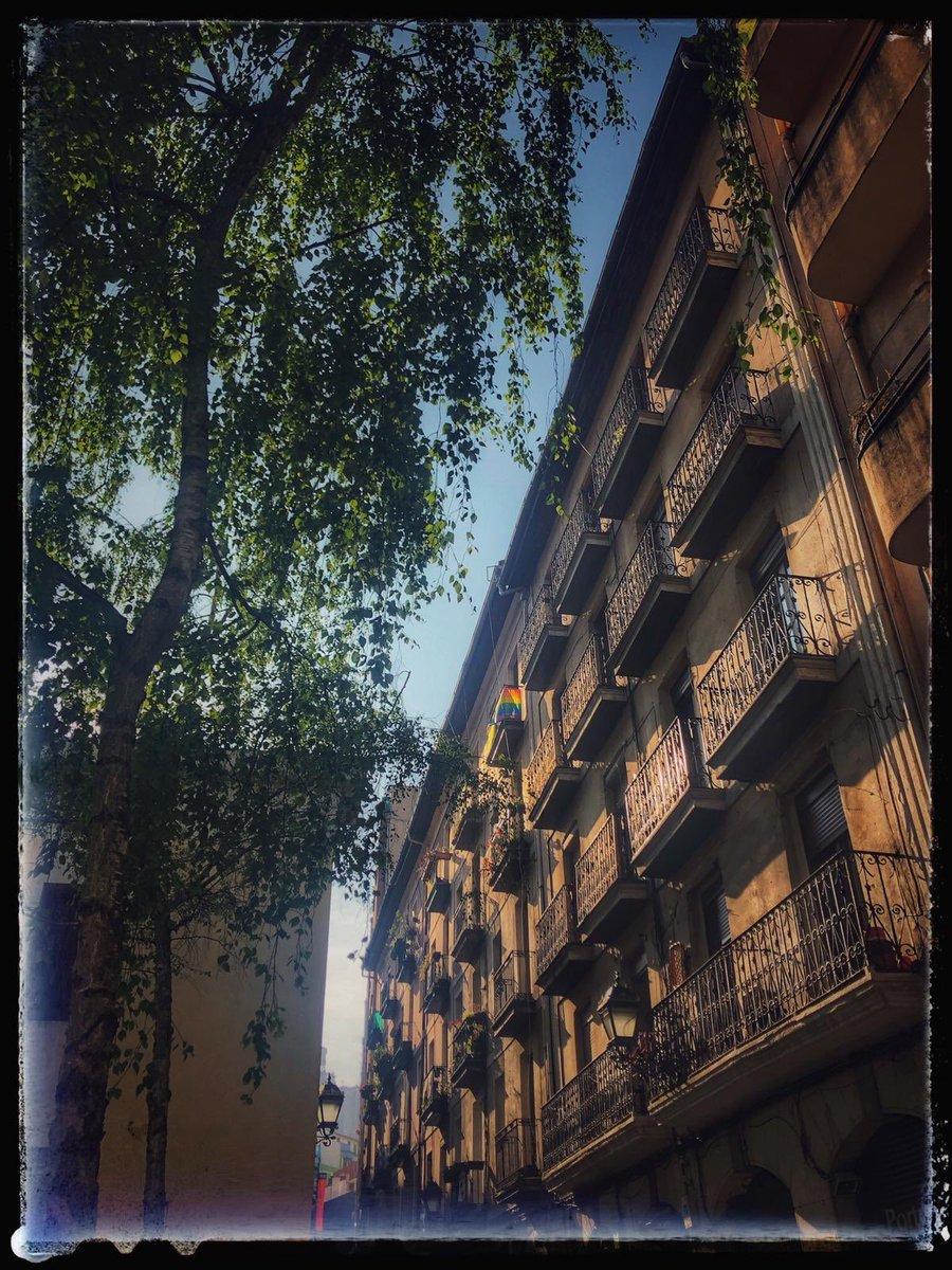 ¡Puro barrio!   We ❤️ Casco Viejo.   #portuberri #zazpikaleak #cascoviejo #bilbao #bilbo #facades #archilovers https://t.co/iC2OU5puvZ