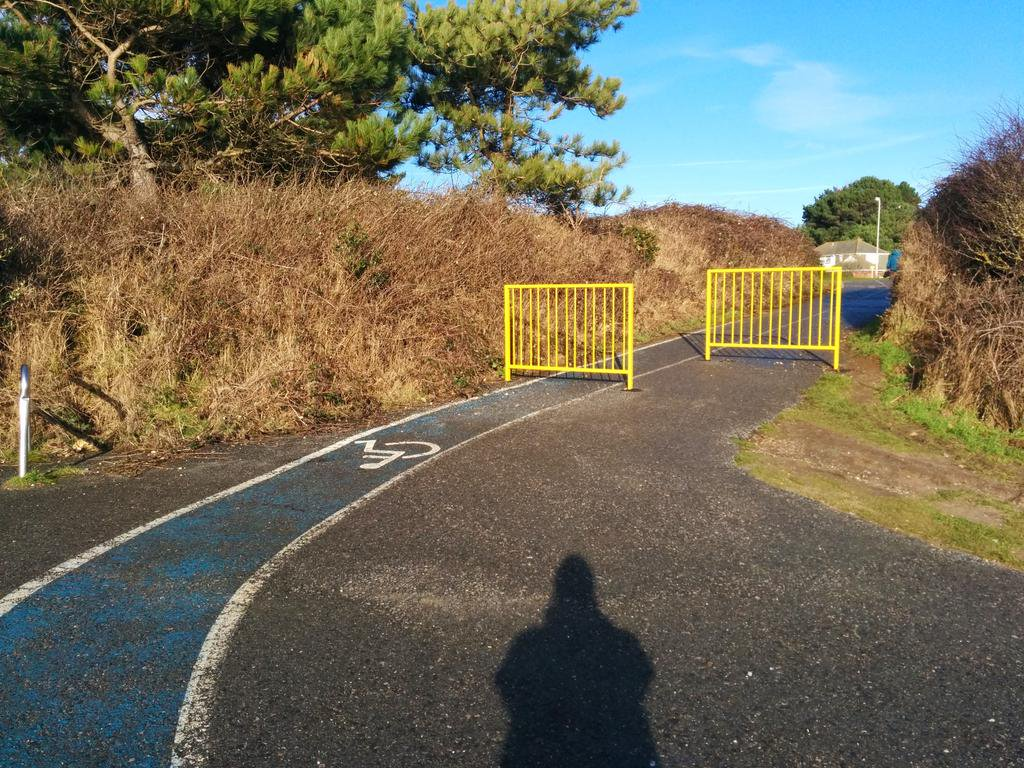 Sadly not a cycle lane but this is anti-cycling infrastructure with unintended consequences - wheelchair hurdles (Friar's Cliff, Mudeford, Dorset) <br>http://pic.twitter.com/gUQvysPWc2