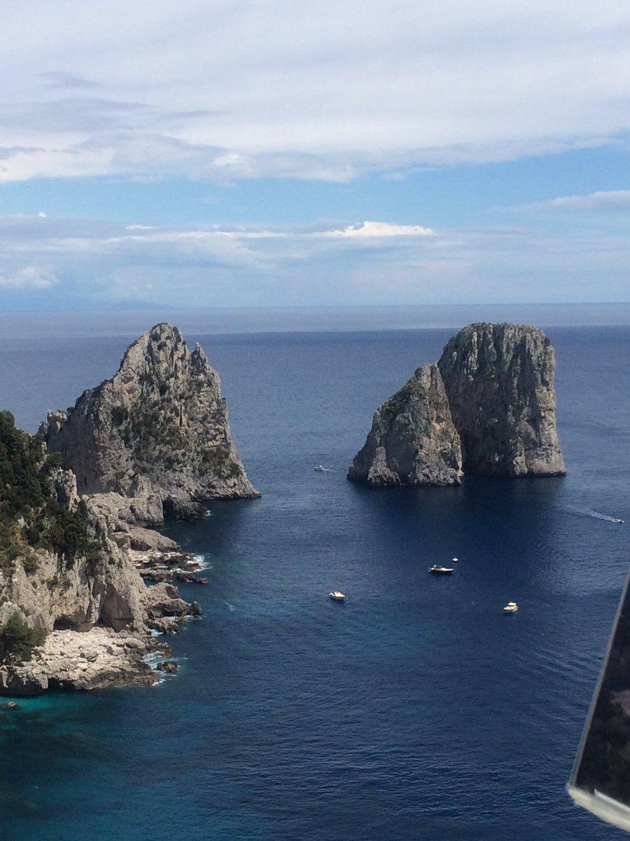 Aquí se pueden admirar los tres #farallones Los barcos con las parejas pasan entre los dos de la derecha #Capri Italia 🇮🇹
