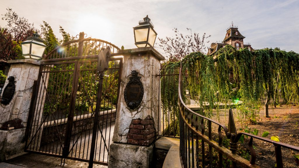 Good morning from Phantom Manor at Disneyland Paris!  https:// bit.ly/31C0LEm    <br>http://pic.twitter.com/gMtIpxndXS