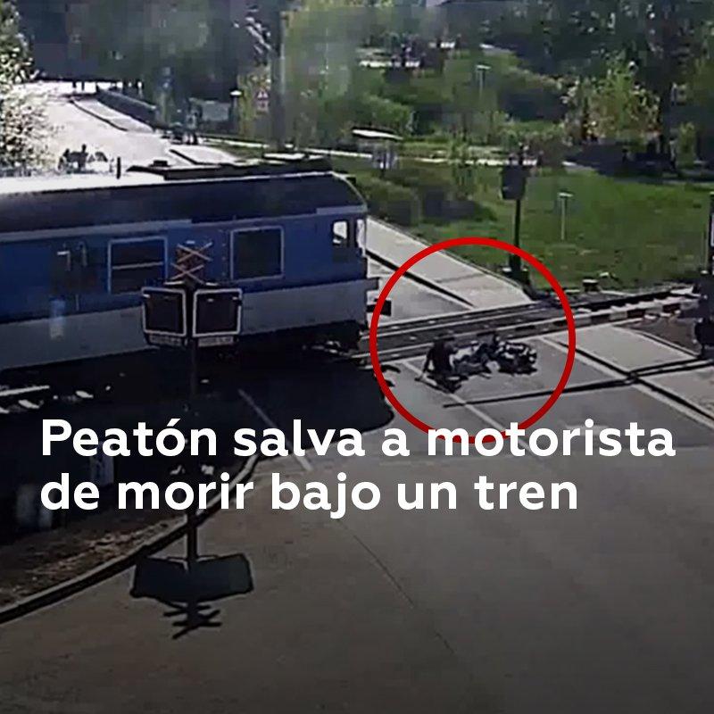 Un hombre de 85 años chocó con la barrera de un paso a nivel en República Checa y cayó sobre las vías del ferrocarril. Un joven que vio la escena logró retirarlo segundos antes de que llegara el tren