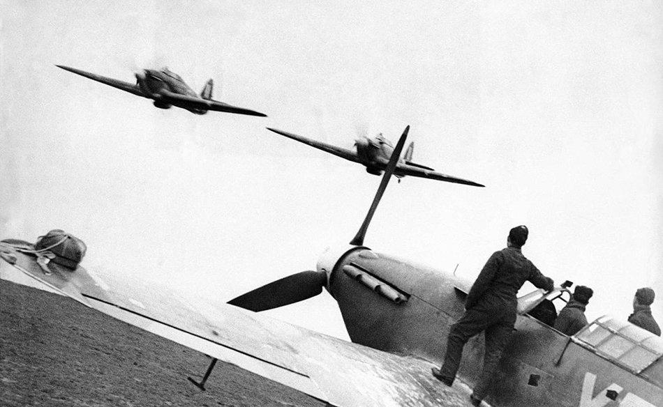 Two American pilots of the Eagle Squadron doing a low pass flyby in British Hawker Hurricane fighter aircraft, 1940. #WW2<br>http://pic.twitter.com/99eF7Iyult