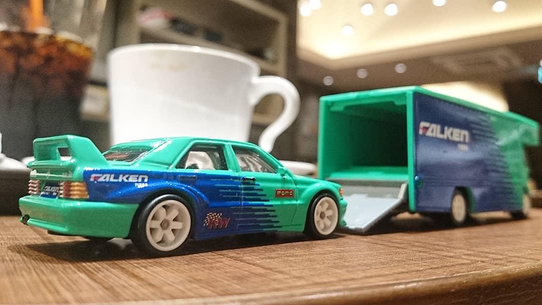 ホットウィールのメルセデスベンツ190Eとフリートフライヤーです。  #ミニカー #ホットウィール #メルセデス #メルセデスベンツ #チームトランスポート #miniature #modelcar #miniaturecar #hotwheels #mercedes #mercedesbenz #190E #fleetflyer #teamtransport