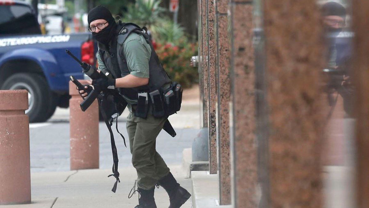 Haunting photo taken by @dallasnews photographer Tom Fox of the man police say opened fire today in Downtown #Dallas.  (@NBCDFW) https://www.nbcdfw.com/news/local/Shooting-Reported-Downtown-Dallas-511399661.html?akmobile=o …