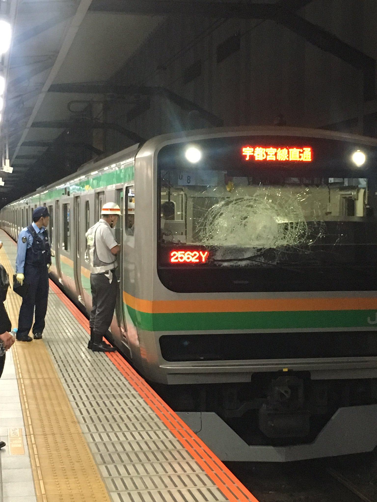 湘南新宿ラインの浦和駅の人身事故で電車の窓ガラスが割れている現場画像