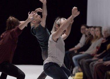 [Danse 💃] Cette expérience dansée bouscule les perspectives du spectateur et l'amène à la rencontre inattendue de l'autre. Chorégraphie: Danse Carpe Diem Emmanuel Jouthe  Le 20 juin, 19h à la Maison de la culture Claude-Léveillée.  ➡️ https://t.co/MKO3OiVkZC #accesculture #danse https://t.co/mLcIJDfPNM