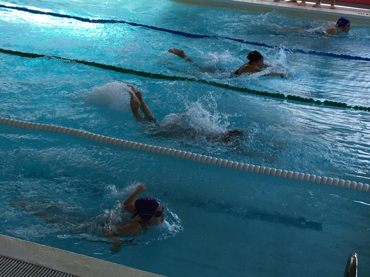 Fotos de les finals de #natació que s'han celebrat avui a tots els cursos de #primària d'#Esplugues. Hi ha hagut dues competicions on han participat els alumnes amb millor marca de cada classe i curs: una entre els alumnes de 1r, 2n i 3r i una altra entre els de 4t, 5è i 6è.